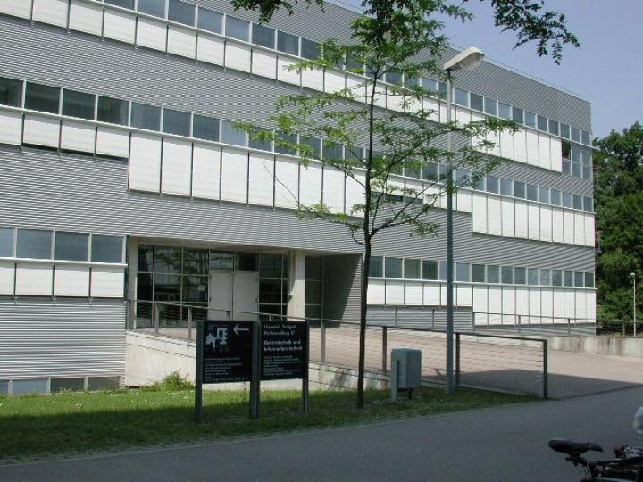 Haupteingang Gebäude ETI II, Pfaffenwaldring 47 (c)