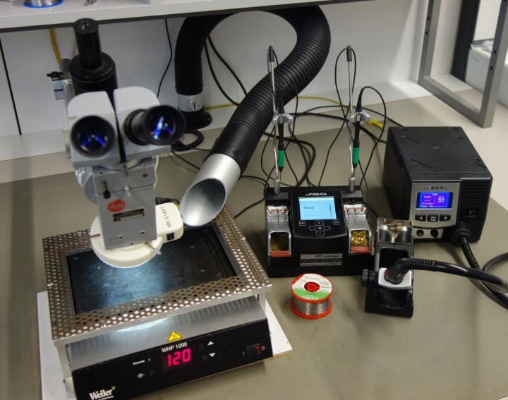 Lötarbeitsplatz mit Mikroskop