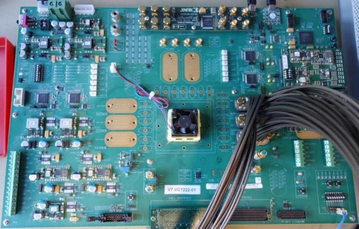 Xilinx Virtex-7 FPGA-Entwicklungsboard (c) INT